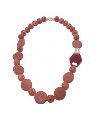 Colar, Julia, pedra, lava, río perlas, raíz de ruby e prata, feita en Italia, edición limitada